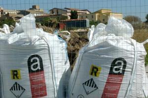 """l'amianto raccolto e messo in sicurezza a Menfi, nell'area della ex baraccopoli """"Papa"""""""