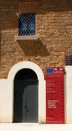 Palazzo Planeta - la facciata laterale in via corso dei Mille a Menfi