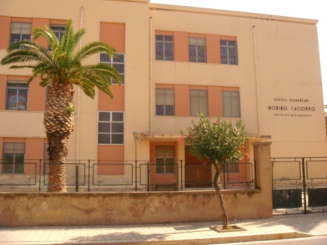 la facciata della scuola elementare Norino cacioppo