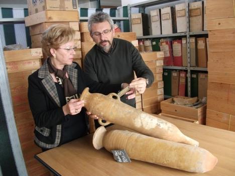 L'Assessore Ocello e il dott. Mistretta, sotto l'egida della Soprintendenza, scelgono i reperti archeologici da esporre nel costituendo Museo di Palazzo Pignatelli in Menfi